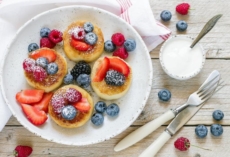 Сырники с ягодами на завтрак